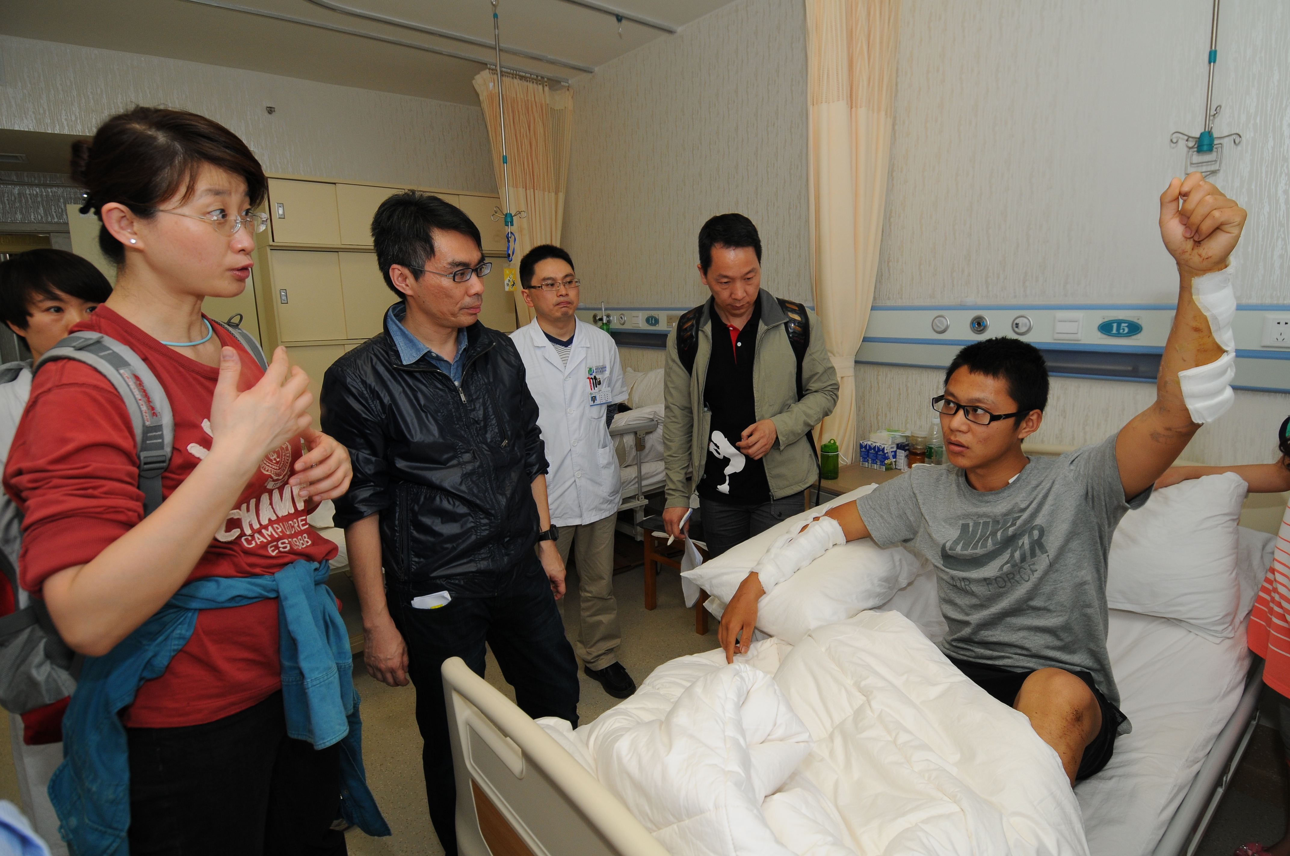 r. LAW Sheung Wai provided rehabilitative service to amputees of Sichuan earthquake
