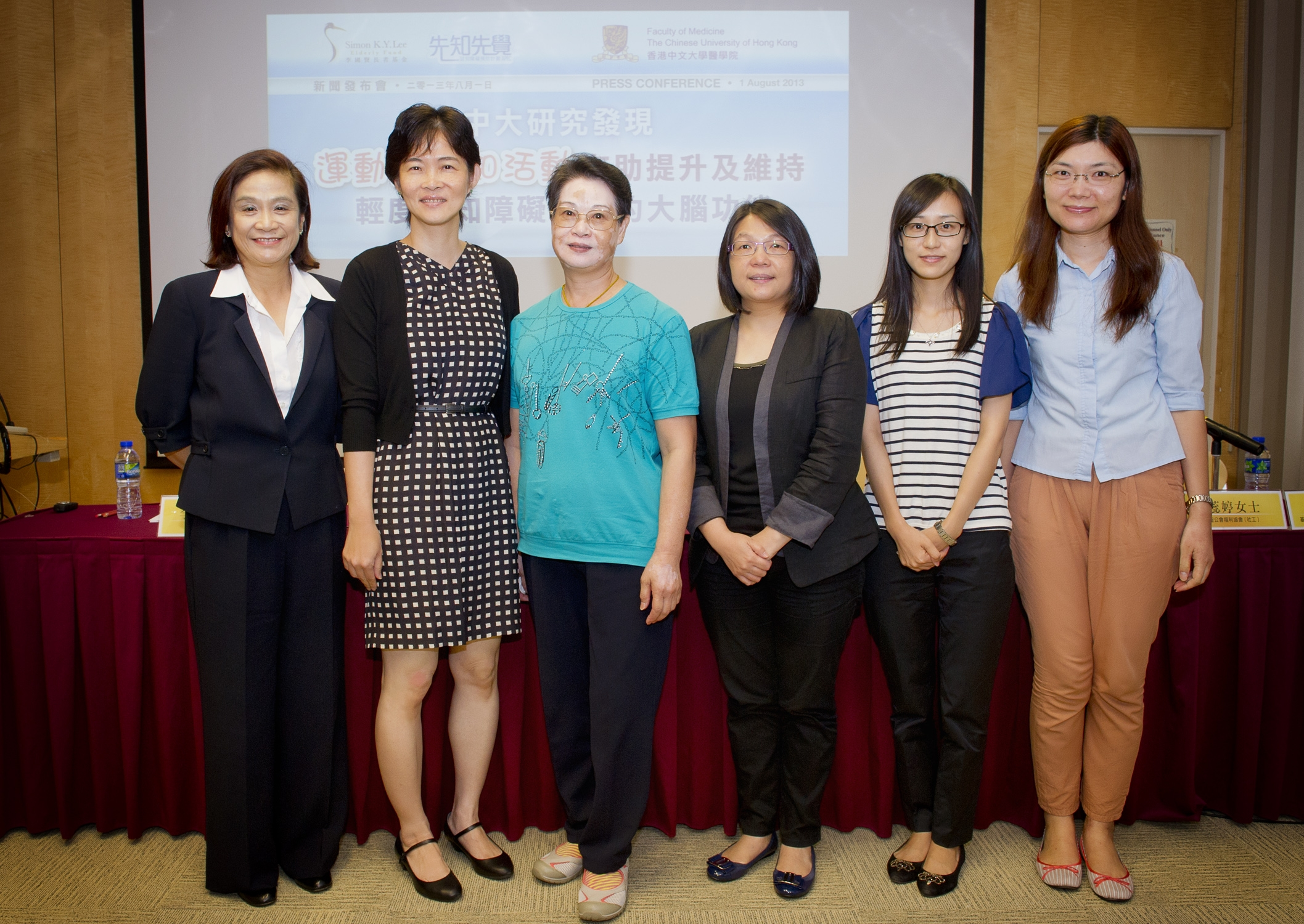 (From left) Ms. Mabel Lee, Board Member, Simon K Y Lee Elderly Fund; Professor Linda Lam, Chairman, Department of Psychiatry, CUHK Faculty of Medicine; Ms Hung Yau Mui, the participant; Ms. Joe Wong, District Supervisor (Elderly Service), Baptist Oi Kwan Social Service and the representatives from two NGOs