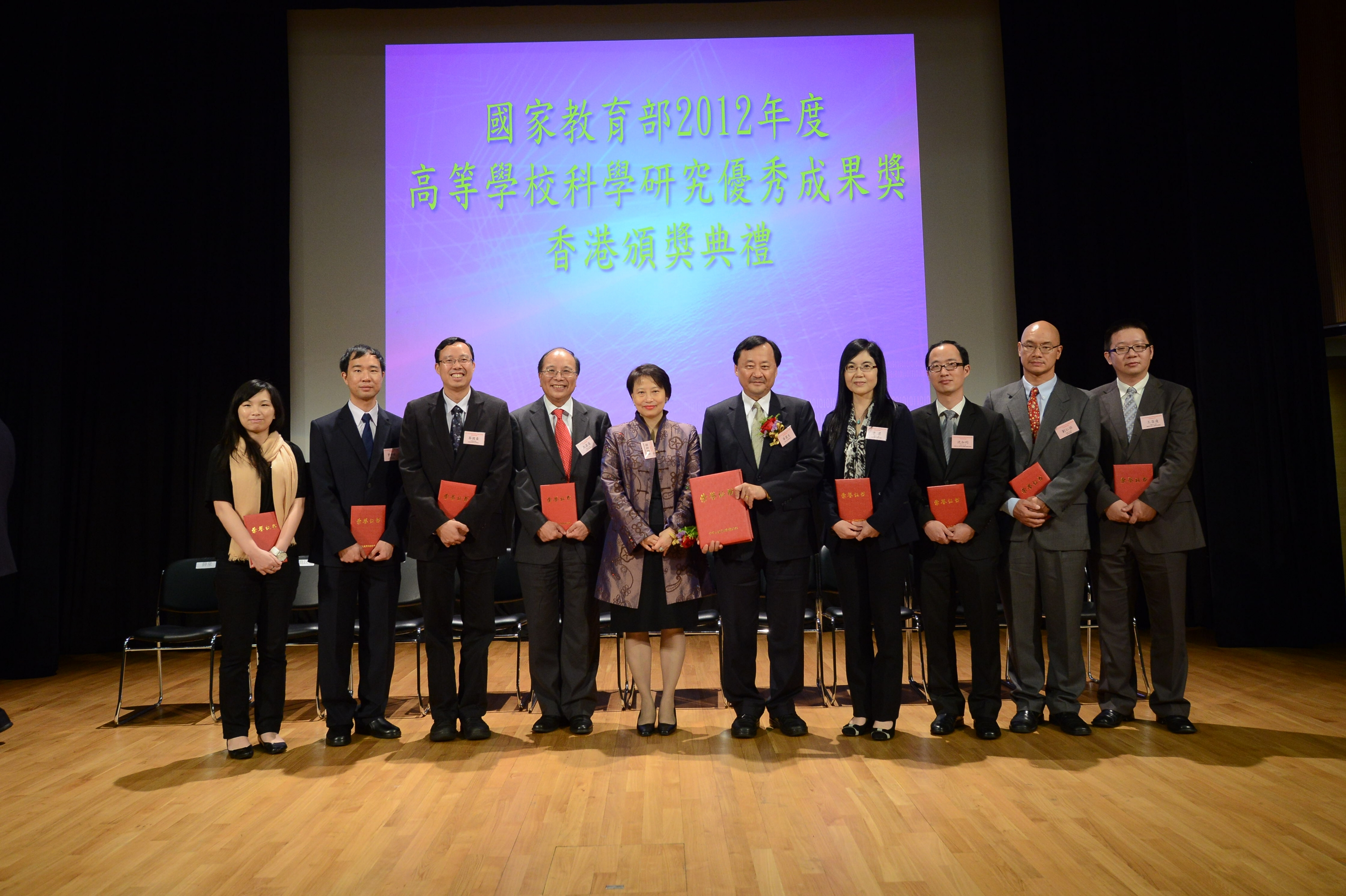 A group photo of CUHK award recipients and Mrs. Cherry TSE LING Kit-ching, Permanent Secretary for Education, HKSAR Government (5th left)