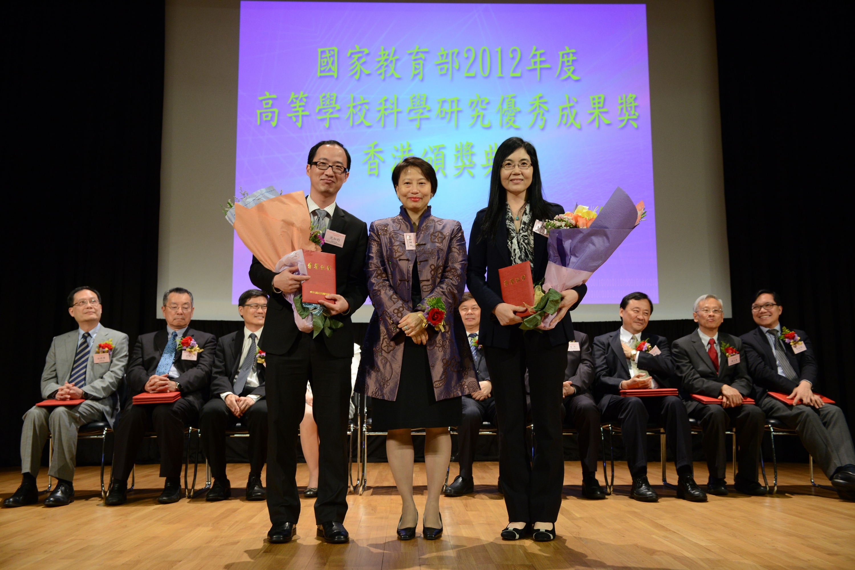 Professor Jun YU, Professor, and Mr. Jiayun SHEN, PhD student, Department of Medicine and Therapeutics, CUHK receive their award certificates from Mrs. Cherry TSE LING Kit-ching