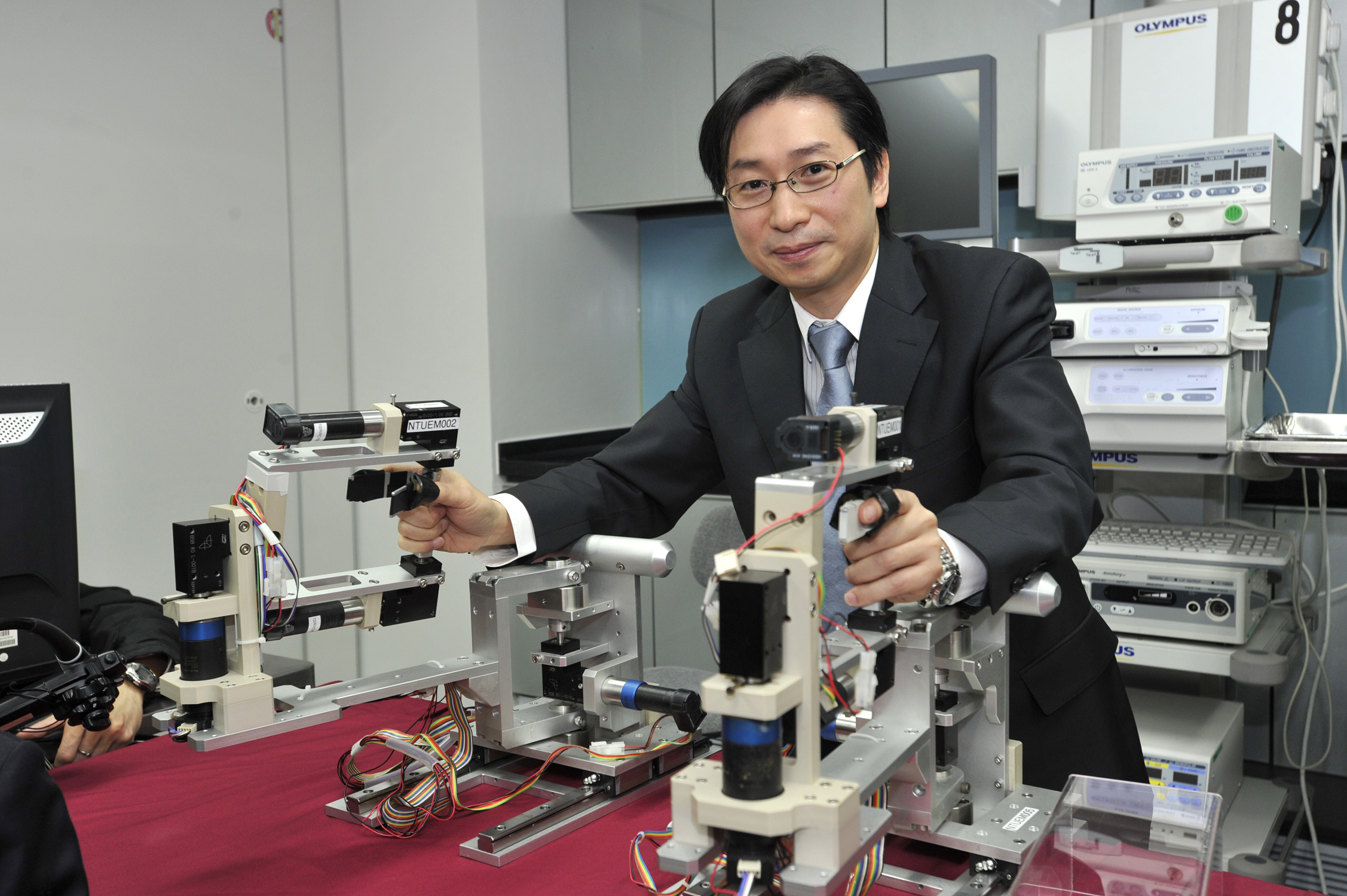 In collaboration with the researchers from Singapore, Professor Philip Wai Yan CHIU of Department of Surgery at CUHK performed the first two cases of Robotic assisted ESD for the treatment of early gastric neoplasia in Hong Kong