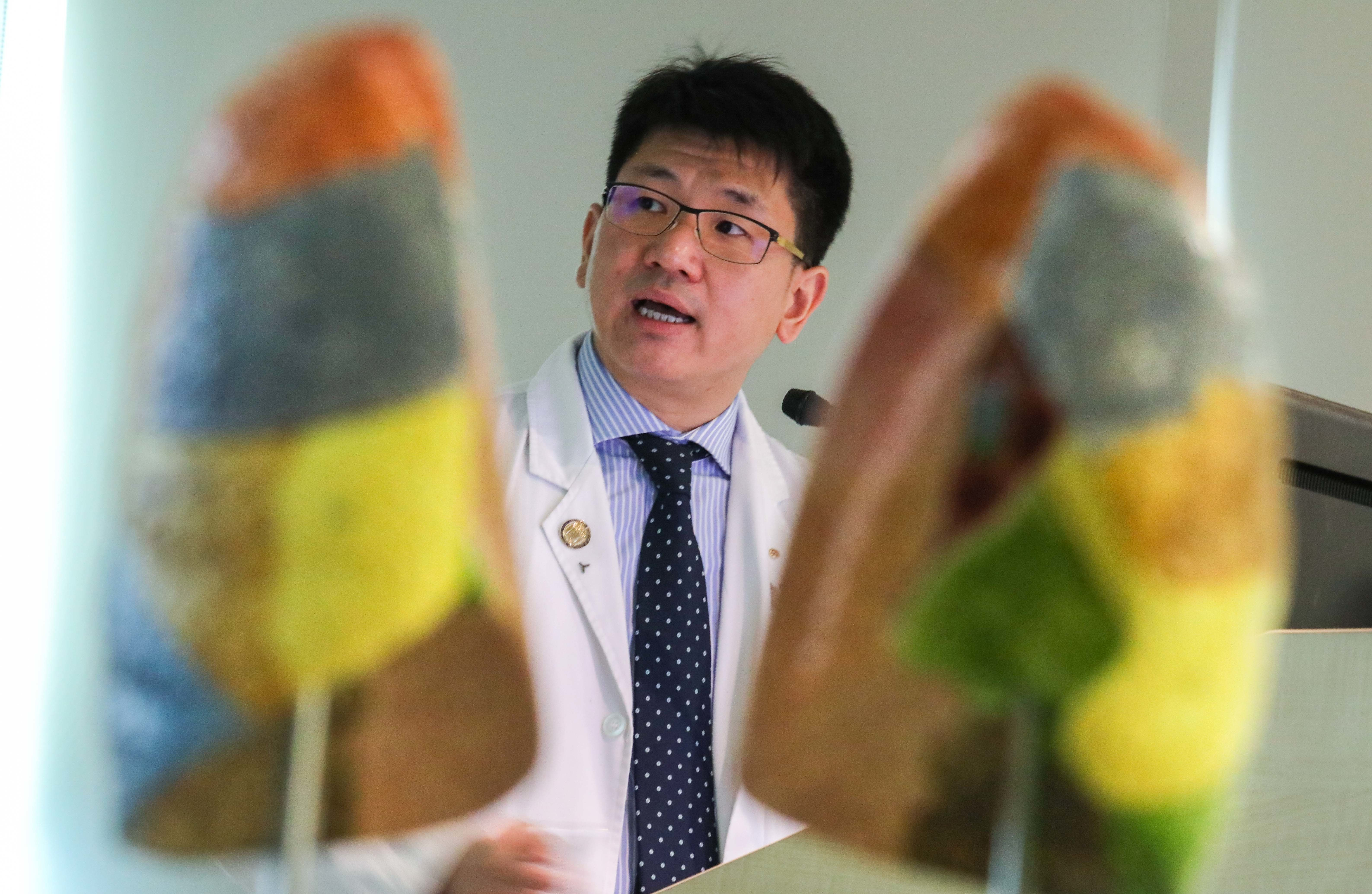 Dr. Calvin NG (left), Associate Professor, Division of Cardiothoracic Surgery, Department of Surgery, Faculty of Medicine, CUHK