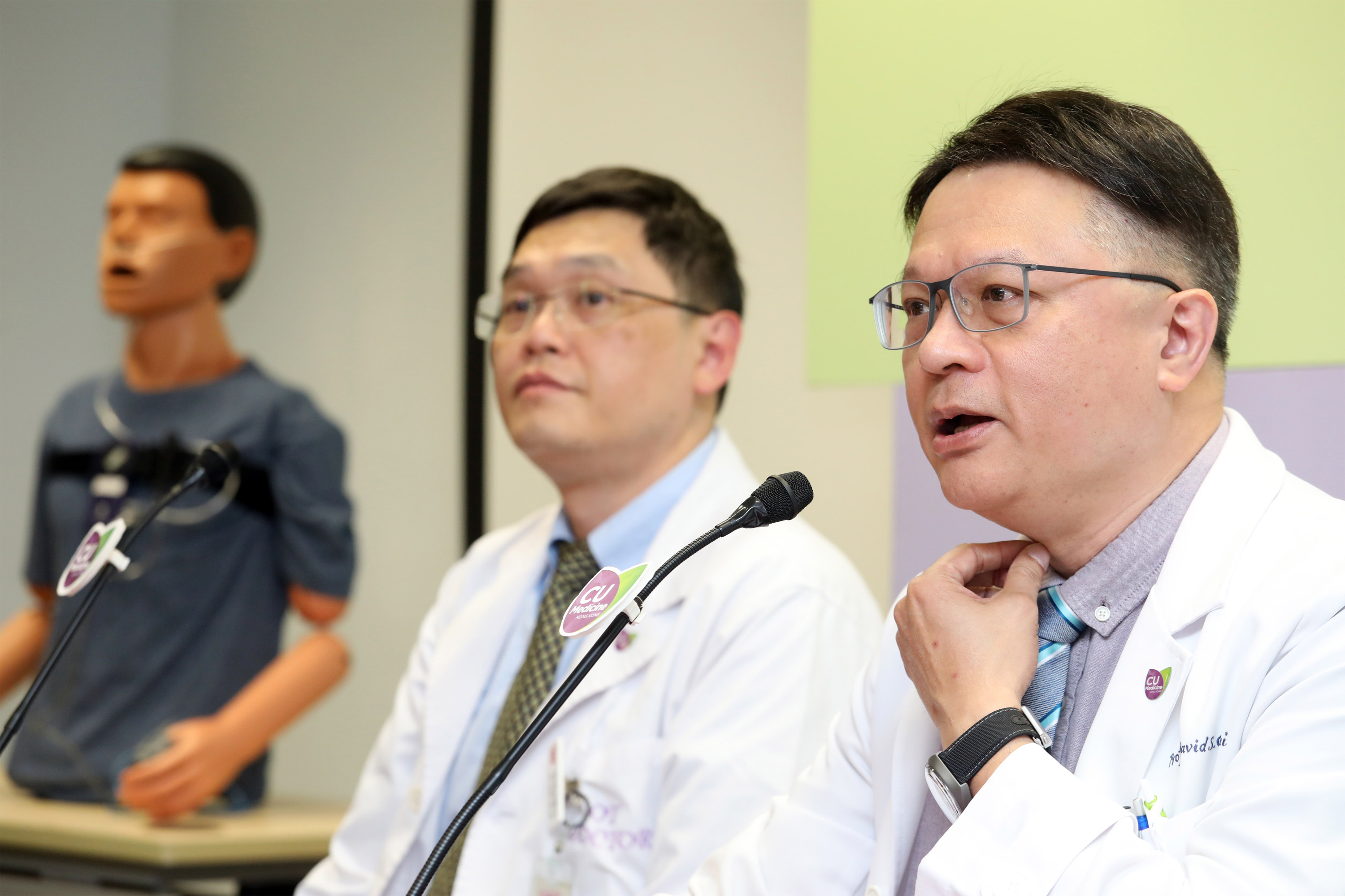 Professor David Shu Cheong HUI (right), Chairman and Stanley Ho Professor of Respiratory Medicine, Department of Medicine and Therapeutics, Faculty of Medicine at CUHK explains Asians tend to have shorter or smaller chin, which is one of the risk factors of OSA.