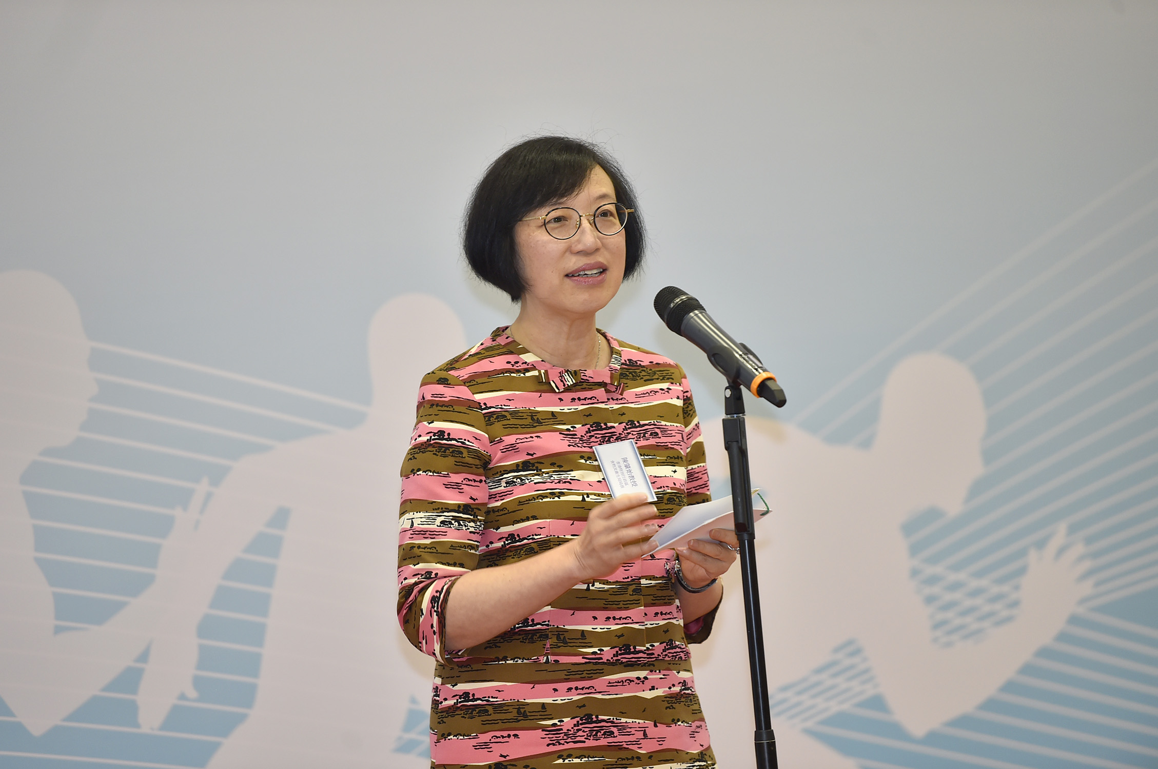 Professor Sophia CHAN remarks that the overweight and obesity problems among Hong Kong people are alarming. She encourages the general public to maintain a healthy diet and exercise regularly.
