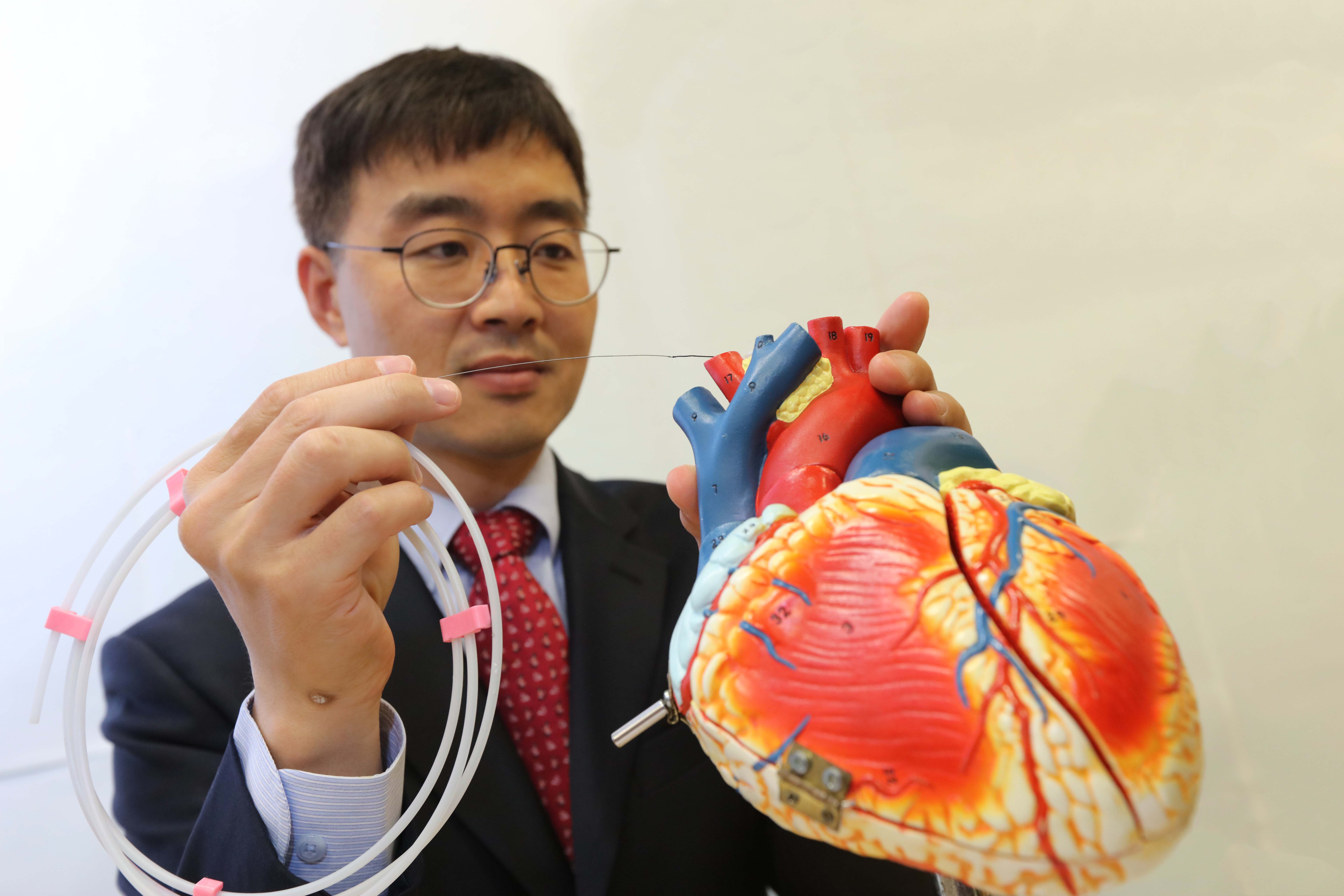 Prof. Hongsoo CHOI demonstrates how a guidewire-based microbot may be used for a robot-assisted percutaneous coronary intervention procedure.