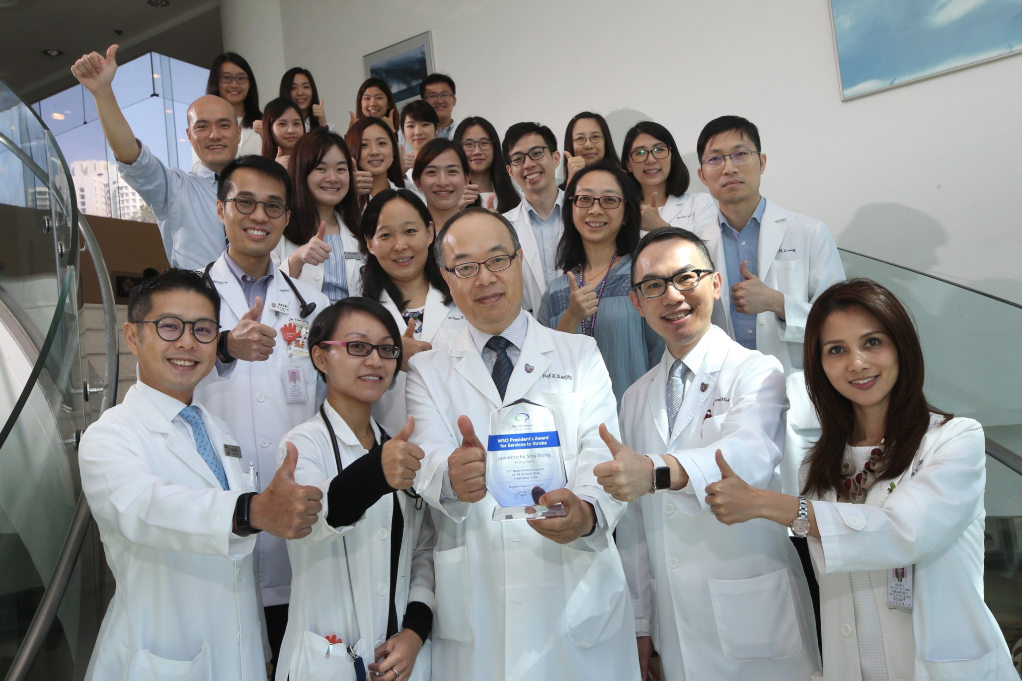 Prof. Lawrence Ka Sing WONG (front row centre), Mok Hing Yiu Professor of Medicine and Head of Division of Neurology, Department of Medicine and Therapeutics, CUHK receives the 'World Stroke Organization President's Award for Services to Stroke' this year for the contribution of him and his team in stroke research.